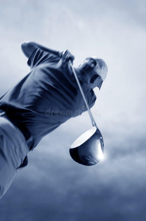 Golfer schießt einen Golfball lizenzfreie stockfotografie