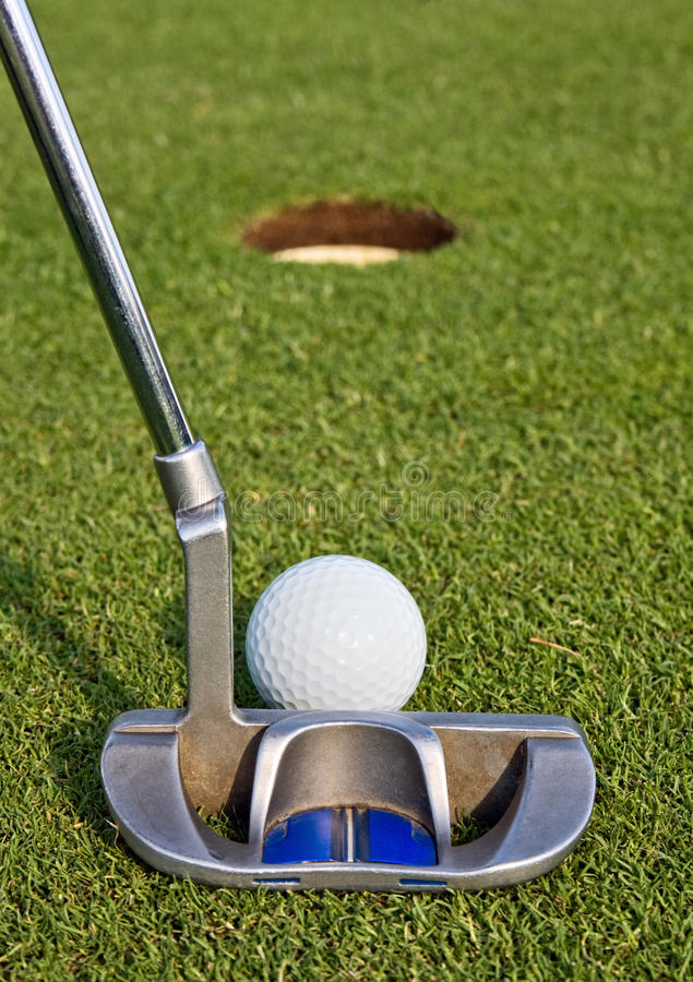 Golfeur alignant un putt court images stock