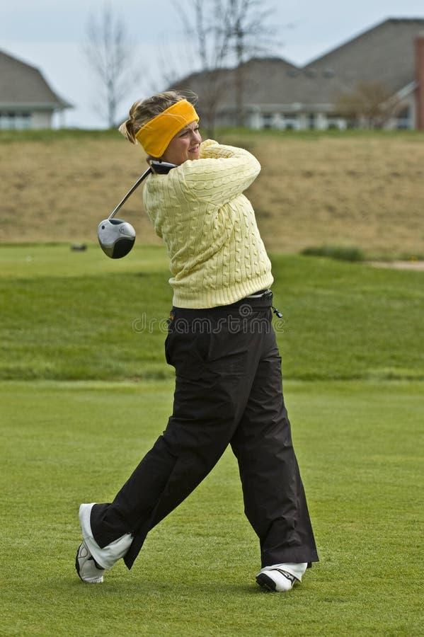 Golfeur balançant un gestionnaire sur le cadre de té photographie stock libre de droits