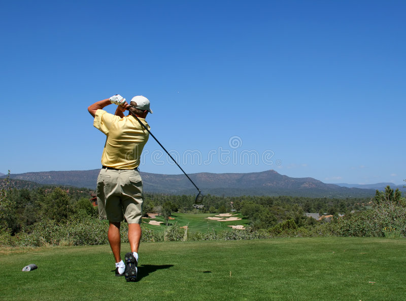 Golfeur conduisant la bille de golf photo stock