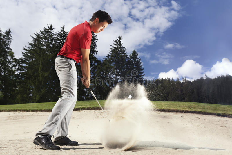 Golfeur dans le dessableur. photos stock