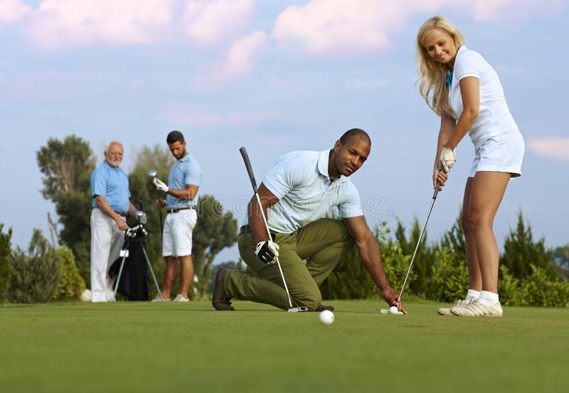 Golfeur féminin apprenant à frapper légèrement photographie stock
