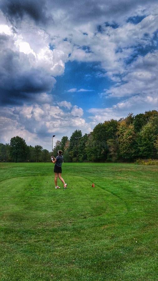 Golfeur féminin sur le fairway photo libre de droits