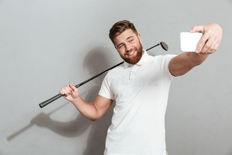 Golfeur heureux drôle faisant le selfie sur son smartphone photo libre de droits