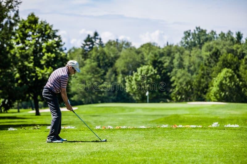 Golfeur mûr sur un terrain de golf image stock