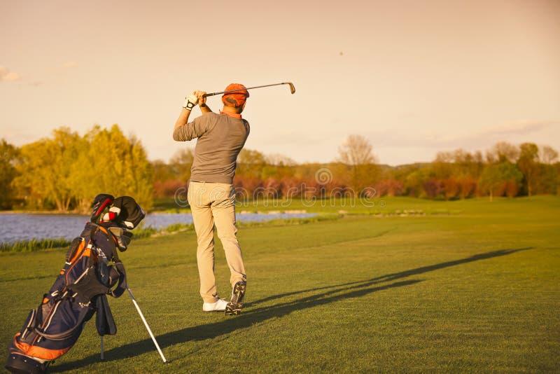 Golfeur sur le fairway dans la soirée photo stock