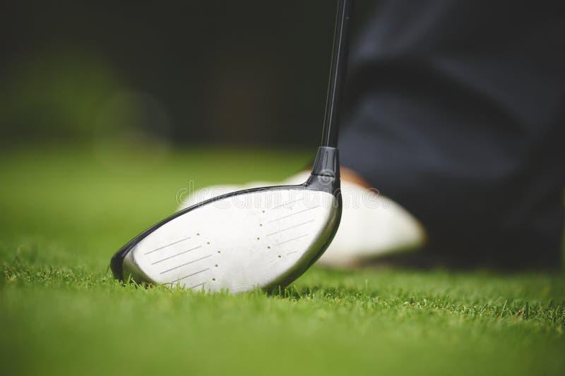 Golfeur tenu avec un club en bois image stock