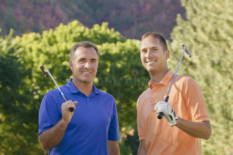 Golfeurs de mâle adulte photo stock