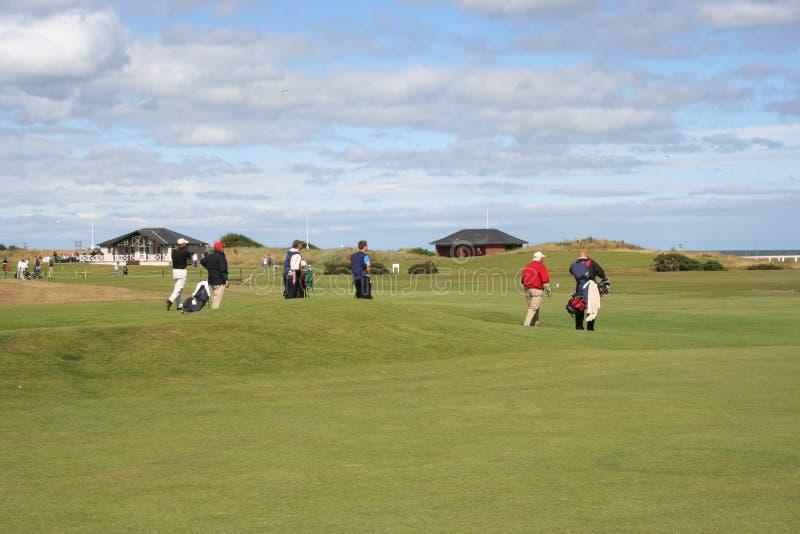 Golfeurs marchant à travers le terrain de golf photos stock