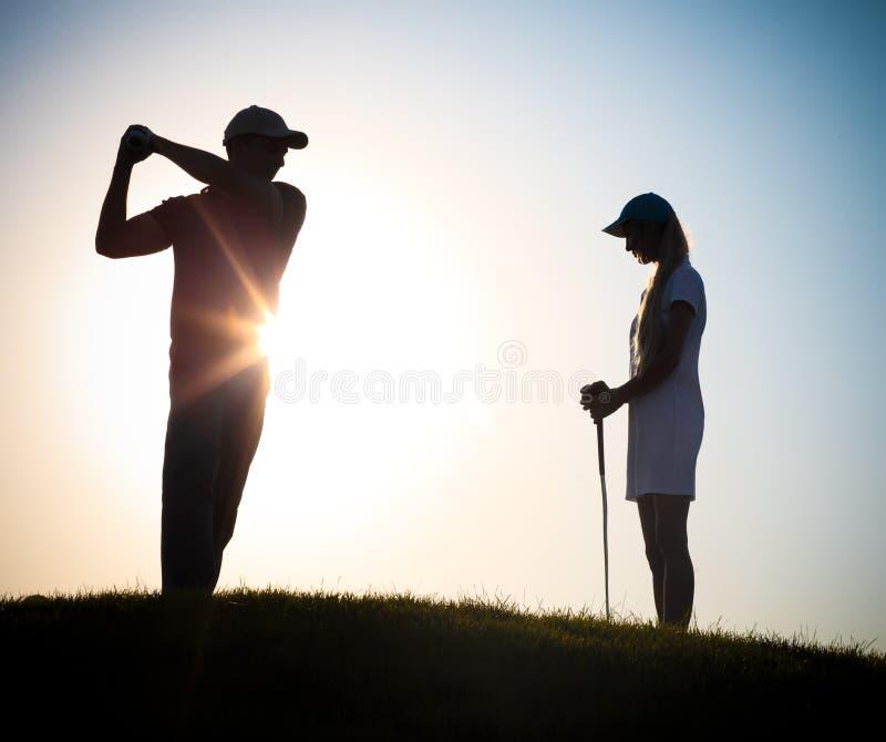Golfeurs masculins et féminins jouant le golf photo libre de droits