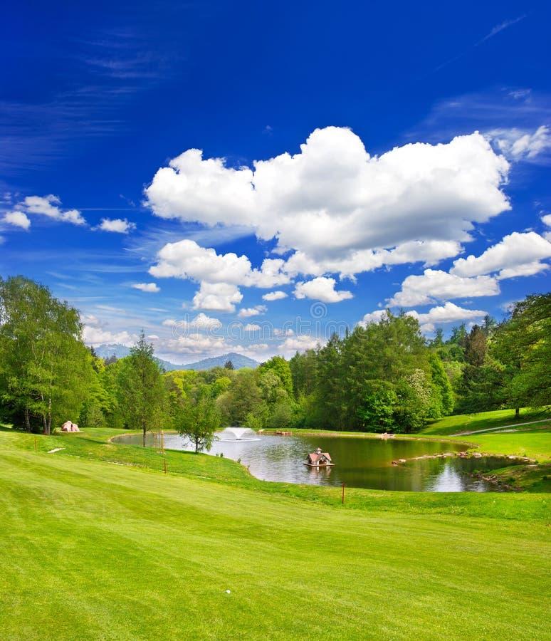 Golffeld. europäische Landschaft stockfoto