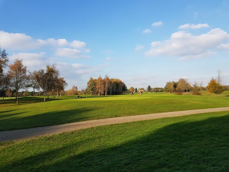 Golfgolfbanafarleder och gräsplaner arkivbild