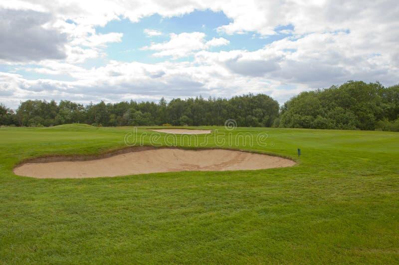 Golfgräsplan med ett sandfält royaltyfri fotografi