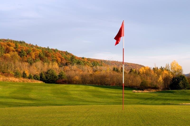 Golfgräsplan och stift i Autumn Mountains royaltyfri foto