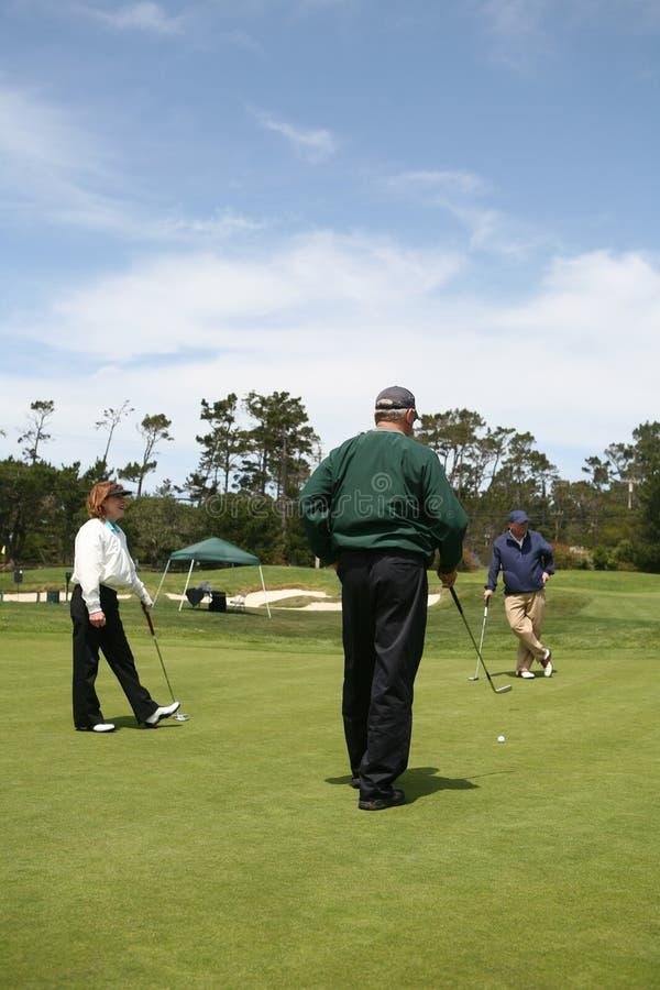 Golfing anziano del gruppo fotografie stock