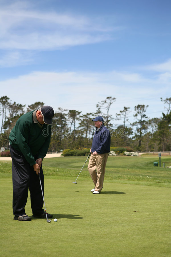 Golfing degli anziani immagini stock