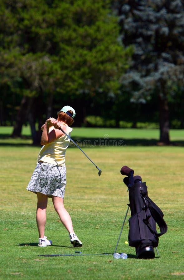 Golfing della donna immagine stock libera da diritti