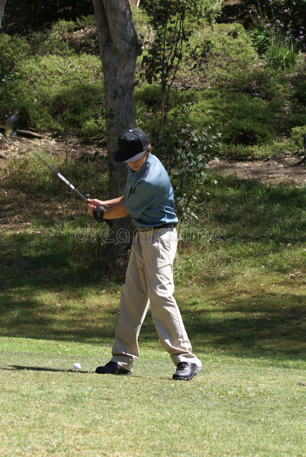 Golfing do adolescente imagens de stock