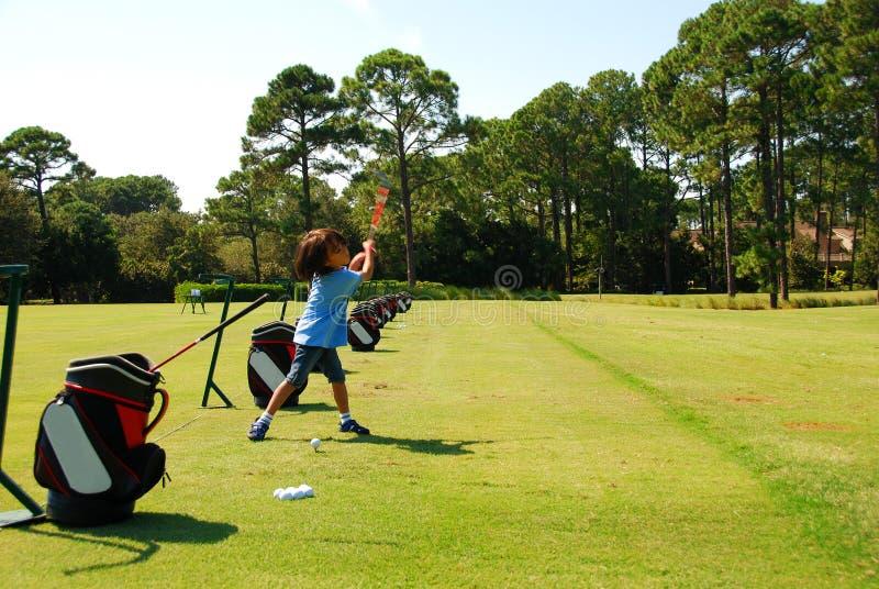 Golfing do menino foto de stock
