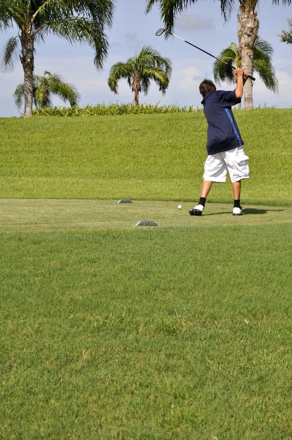 Golfing do menino do Preteen foto de stock