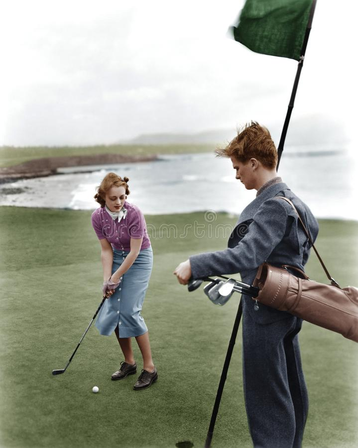 Golfing na costa (todas as pessoas descritas não são umas vivas mais longo e nenhuma propriedade existe Garantias do fornecedor q foto de stock