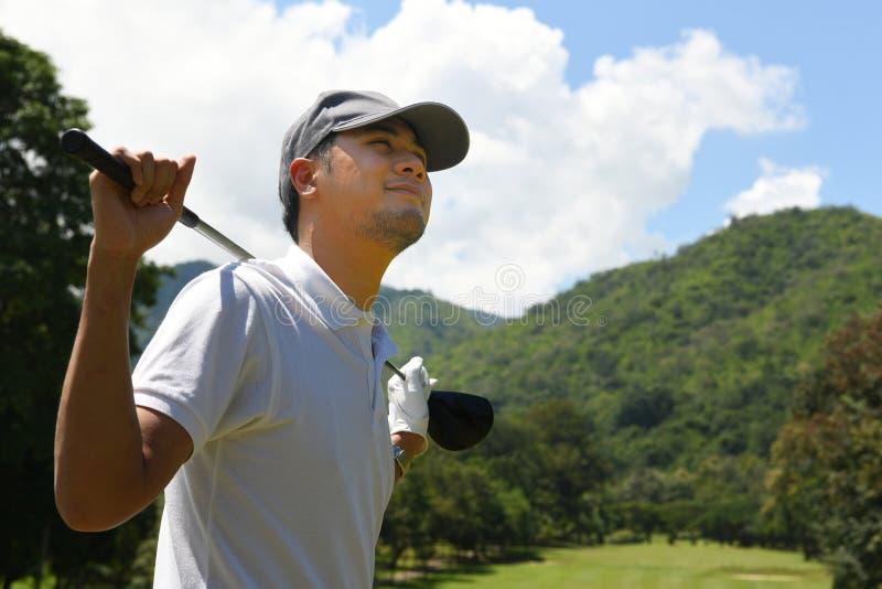 Golfista asiático joven hermoso del hombre con el club de golf fotos de archivo