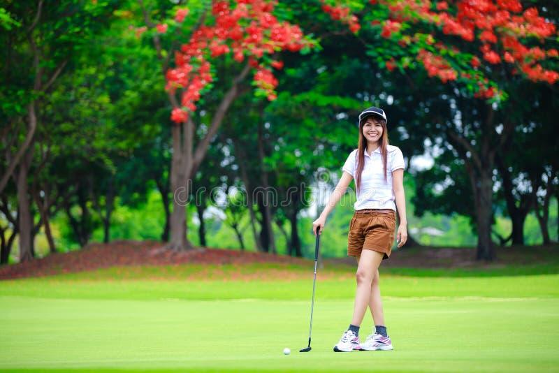 Golfista asiático sonriente de la mujer fotografía de archivo