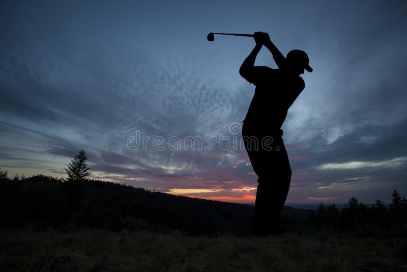 Golfista bawić się golfa podczas zmierzchu przy turniejowym wydarzeniem zdjęcie royalty free