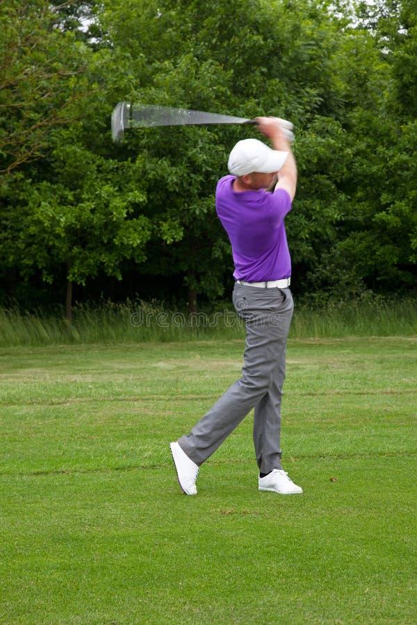 Golfista bawić się w połowie żelazo strzał obrazy stock