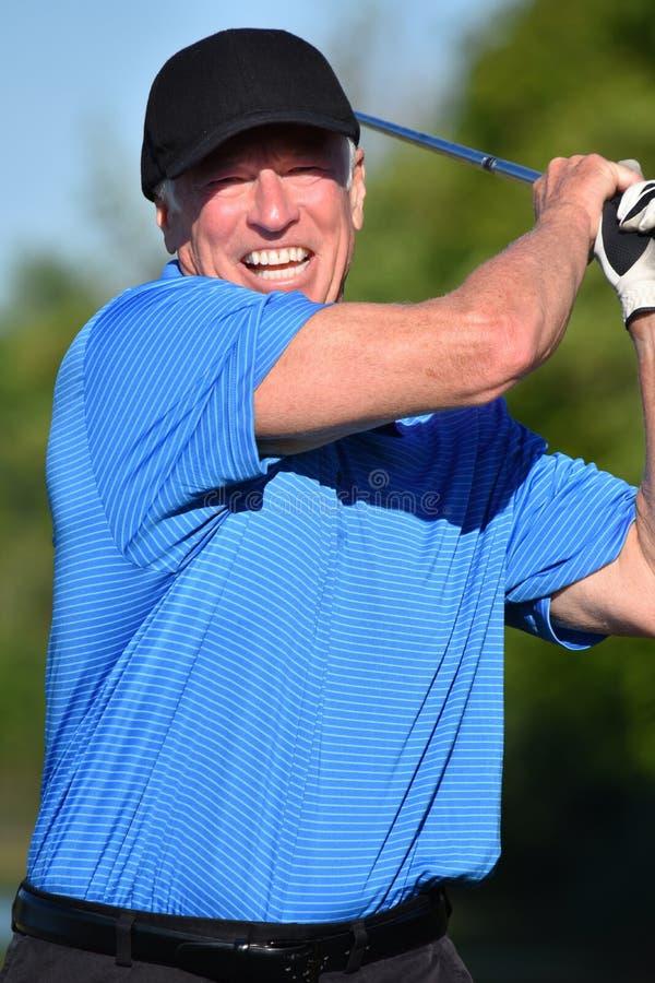 Golfista de sexo masculino atlético que se resuelve con Golfing de Golf Club imagenes de archivo