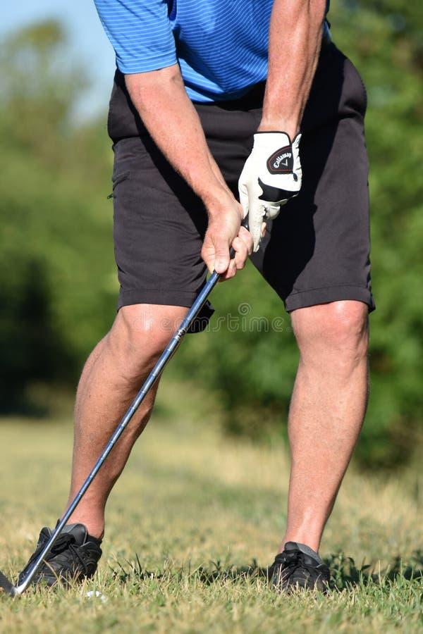 Golfista de sexo masculino del jubilado atlético que ejercita con el balanceo de Golf Club fotografía de archivo libre de regalías
