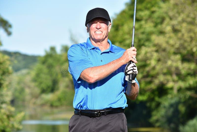 Golfista de sexo masculino que se resuelve con Golfing de Golf Club fotografía de archivo