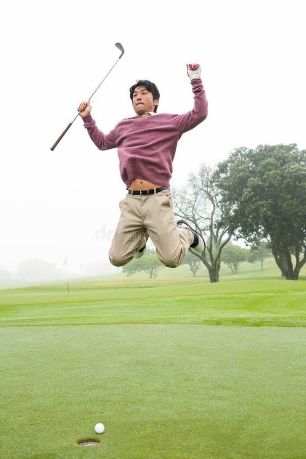 Golfista emocionado que salta para arriba imagenes de archivo