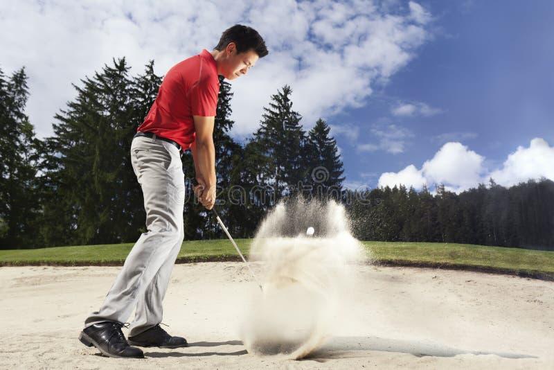 Golfista en desvío de arena. fotos de archivo