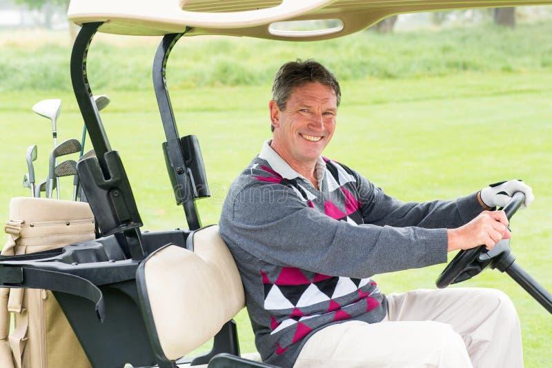 Golfista feliz que conduce el suyo sonrisa con errores del golf en la cámara imagen de archivo libre de regalías