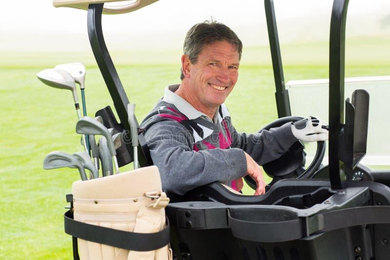 Golfista feliz que conduce el suyo sonrisa con errores del golf en la cámara foto de archivo