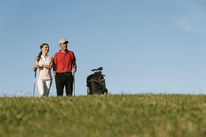 Golfista i Caddie bawić się golfa zdjęcia royalty free