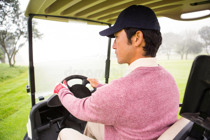 Golfista jedzie jego golfowy powozik fotografia royalty free