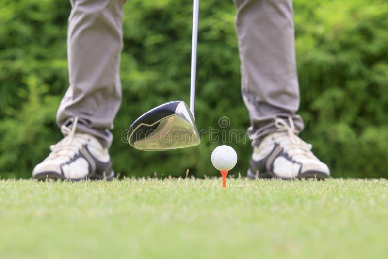 Golfista listo para juntar con te apagado imagen de archivo