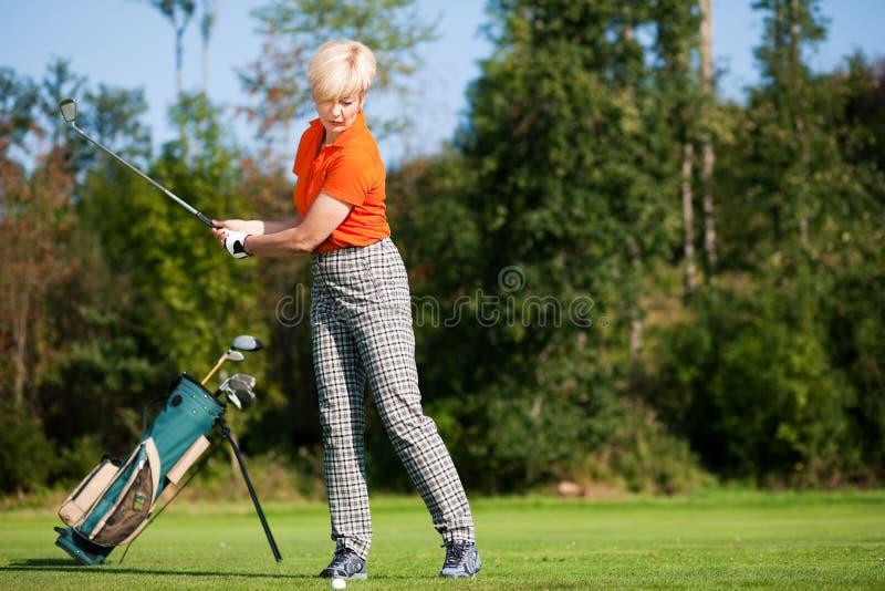 Golfista mayor de la señora foto de archivo libre de regalías