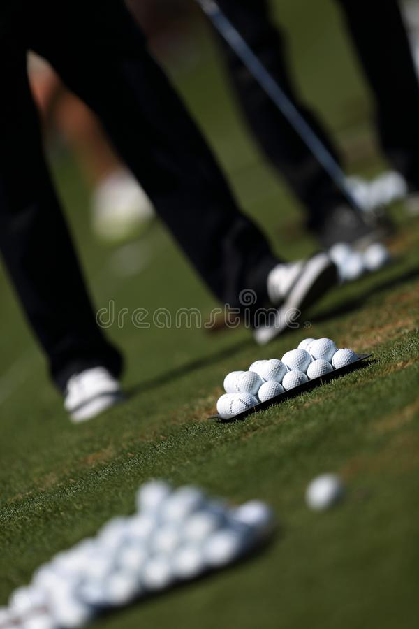 Golfista que juega a golf en un campo de golf foto de archivo