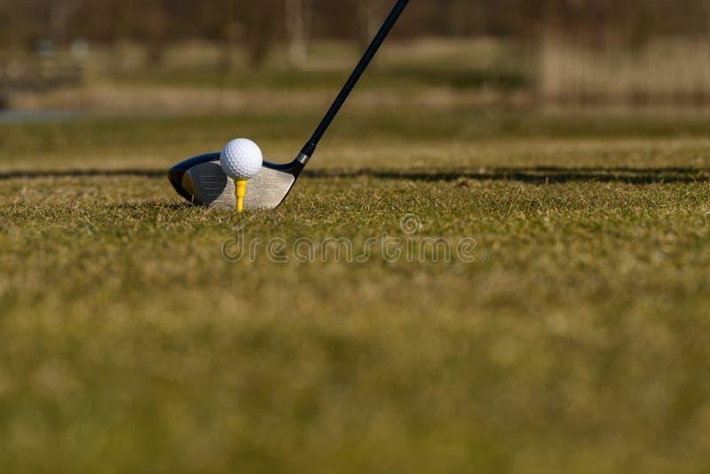 Golfista que junta con te-apagado en el espacio abierto foto de archivo