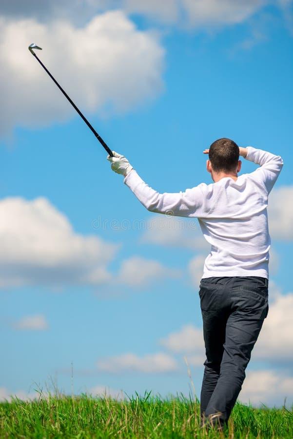 Golfista que mira donde su bola voló al campo fotos de archivo libres de regalías