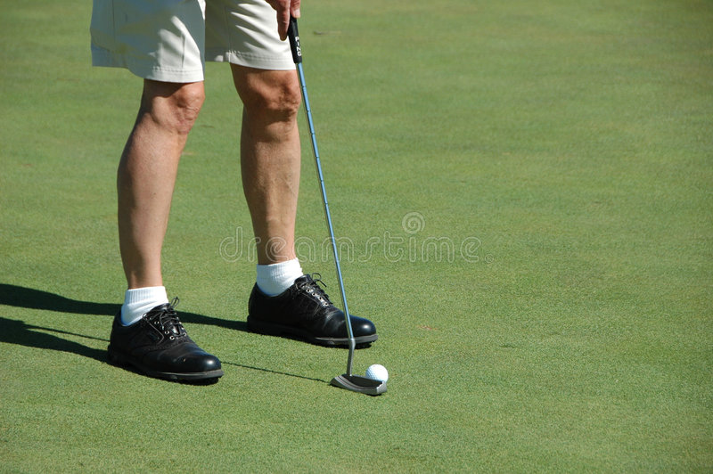Golfista que pone en el verde fotos de archivo libres de regalías