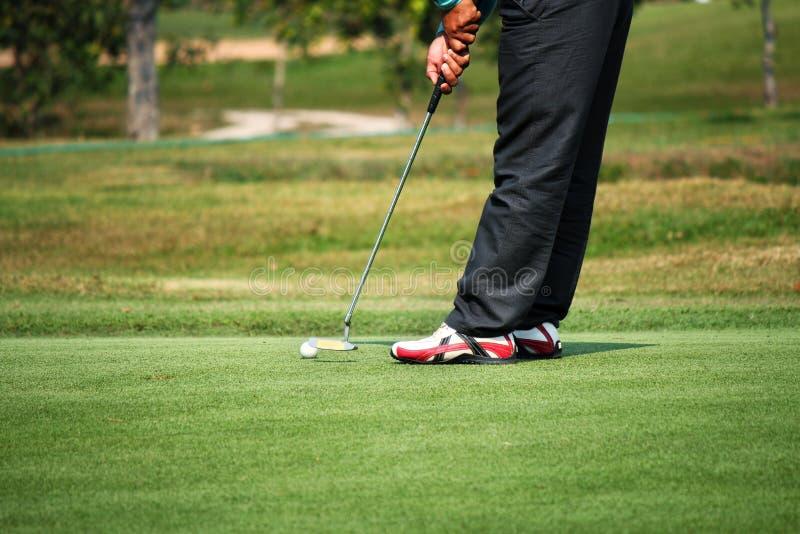 Golfista que pone en el verde fotografía de archivo