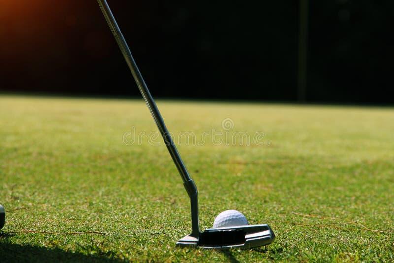 Golfista que pone la pelota de golf en el golf verde fotos de archivo libres de regalías