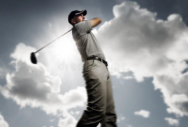 Golfista que tira una pelota de golf foto de archivo