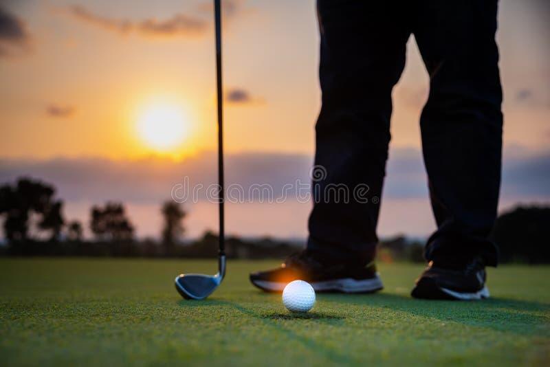 Golfista teeing z pi?ki golfowej kijem golfowym od tr?jnika golfa rywalizacji gry obrazy stock