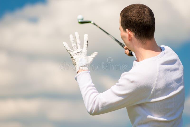 Golfista trzyma piłkę na kiju golfowym widok fotografia royalty free