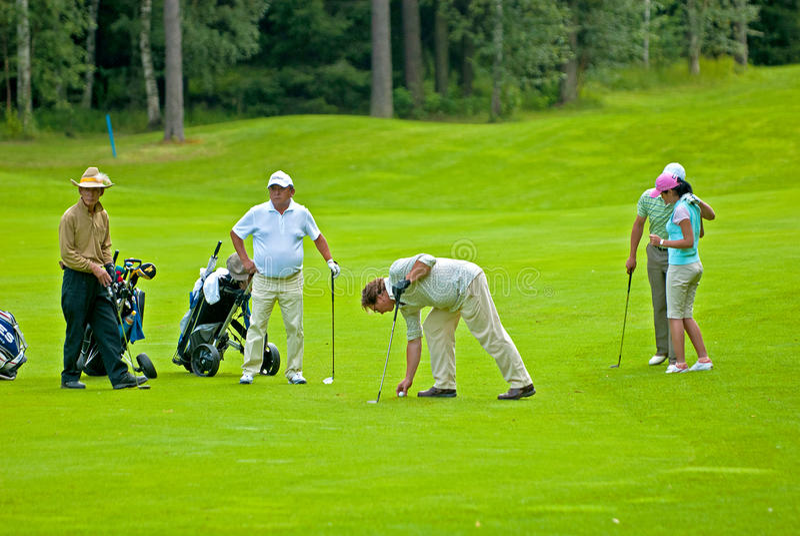 Golfistas del grupo en feeld del golf